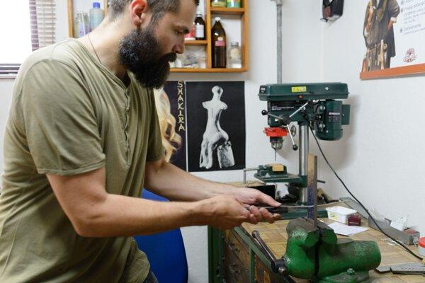 Vyučený zlatník a klenotník Pavol Francúz z Nitry sa venuje výrobe unikátnych historických replík šperkov, ale aj zbraní a rôznych nástrojov.
