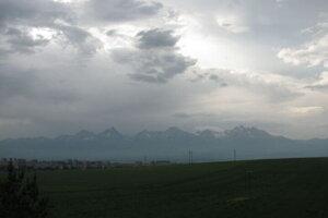 Kopovitá oblačnosť nad Vysokými Tatrami. Pohľad od Gánoviec.