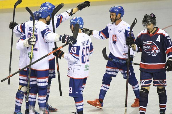 Radosť hráčov Slovenska po strelenom góle v zápase MS v hokejbale 2019 Slovensko - Veľká Británia.