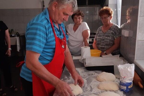 Kulinárske majstrovstvo starostu z Čerína obdivujú aj ženy.