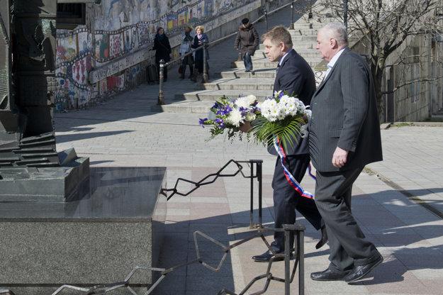 Premiér Fico položil na Rybnom námestí veniec k Pamätníku obetiam holokaustu.