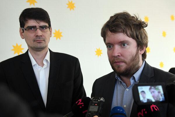 Zľava: Štátny tajomník Ministerstva školstva, vedy, výskumu a športu SR Peter Krajňák a splnomocnenec vlády SR pre rómske komunity Ábel Ravasz.
