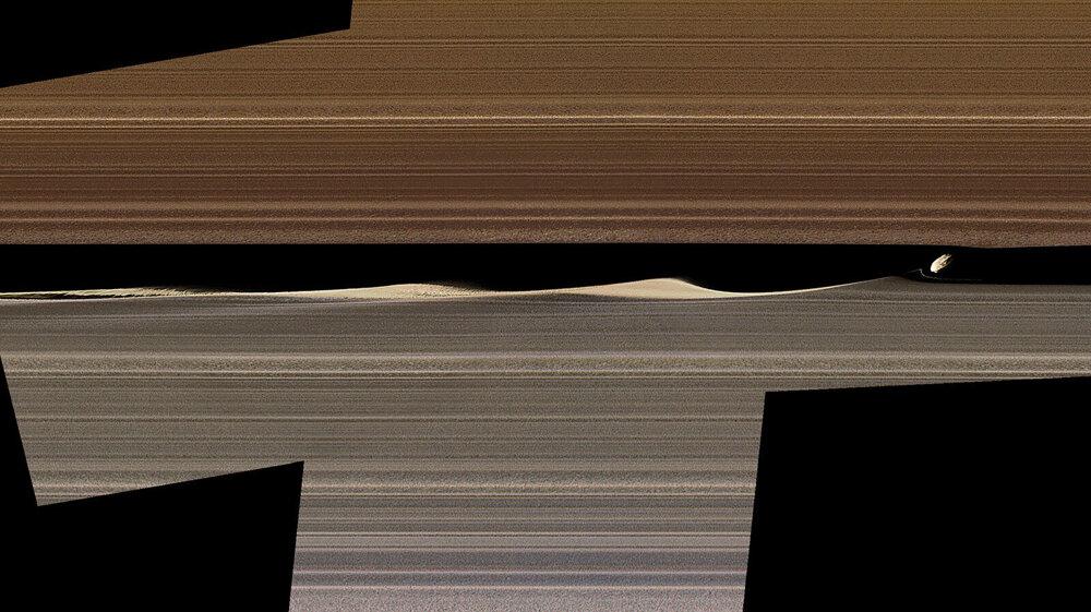b6c4435cd Mozaika záberov vo falošnej farbe ukazuje drobný mesiac Dafnis v Saturnovom  prstenci A a vlny, ktoré vytvára. Zábery vytvorila Cassini v roku 2017.
