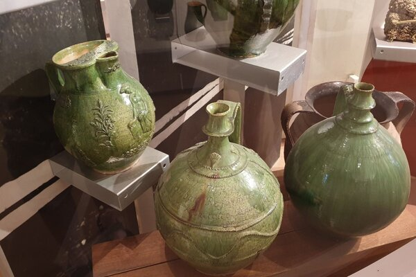 Krčah a džbány, výrobky gemersko-malohontských hrnčiarov, zo zbierok Gemersko-malohontského múzea v Rimavskej Sobote.