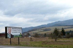 Volebný bibord strany Kotleba - ĽSNS neďaleko pamätníka pri Nemeckej na Horehroní.