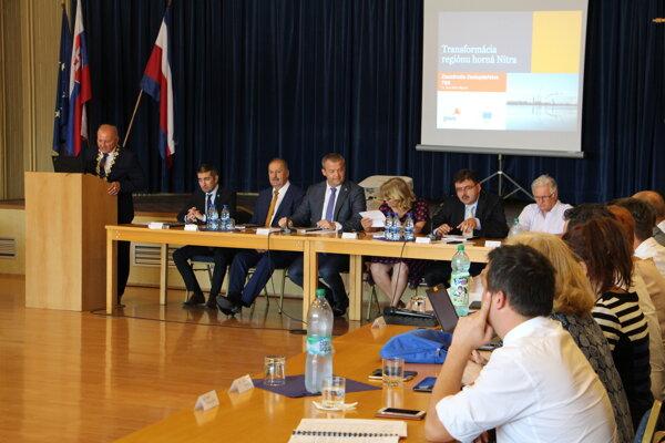 Z rokovania TSK sa ospravedlnilo 17 poslancov. Akčný plán schválilo 28 prítomných poslancov.