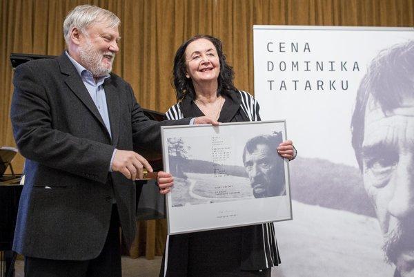 Irena Brežná si prevzala z rúk Petra Zajaca Cenu Dominika Tatarku. Udeľuje ju Konzervatívny inštitút M. R. Štefánika