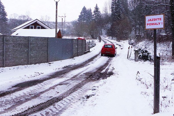 Panelová cesta. Spája Nižnú slokalitou Svrčinovec, ktorá sa nachádza medzi Podbielom aOravským Bielym Potokom.