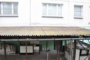 Prístrešok uľahčil zlodejovi prístup ku oknu. Odmontovaná mreža je na streche.