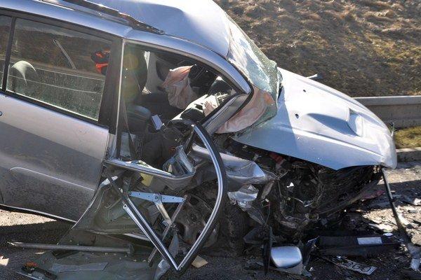 Miesto spolujazdca náraz poškodil najviac.
