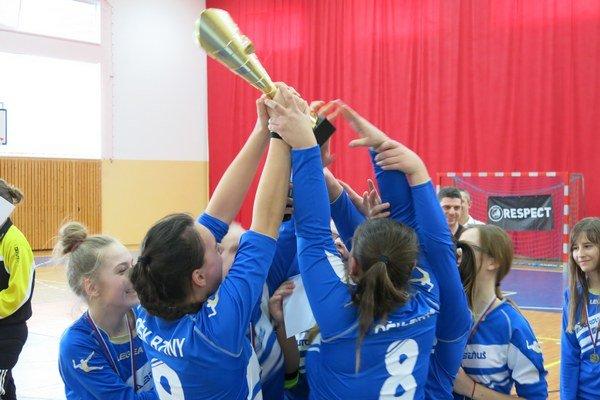 Bzinské futbalistky sa zaslúžene tešili z trofeje.