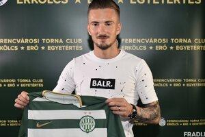 Michal Škvarka pri pózovaní s dresom Ferencvárosi TC.