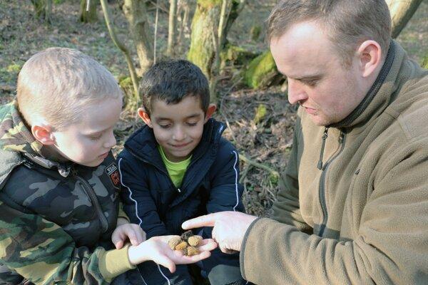 Juraj Richter so synom Jurkom a jeho kamarátom Miškom si prezerajú mladé plodnice smrčkovcov českých.