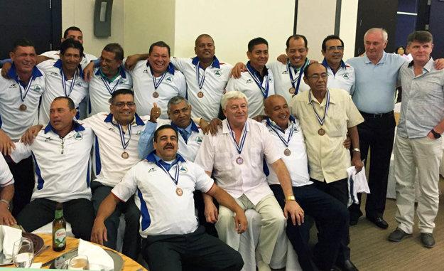 Návrat po 30 rokoch. Jána Fülöpa (sedí, má svetlé nohavice) si v Nikarague uctili. Celkom vpravo stoja jeho dvaja kamaráti.