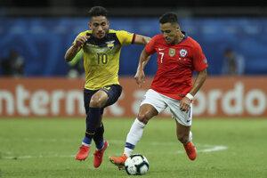 Alexis Sanchez (vpravo) v súboji s Angelom Menom počas zápasu Ekvádor - Čile na Copa America 2019.