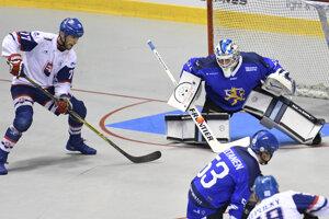 Na snímke vľavo Boris Oravec (Slovensko), vpravo brankár Villehart Kuusamo (Fínsko) vo finálovom zápase o zlato majstrovstiev sveta v hokejbale mužov Slovensko – Fínsko v Košiciach v sobotu 22. júna 2019.