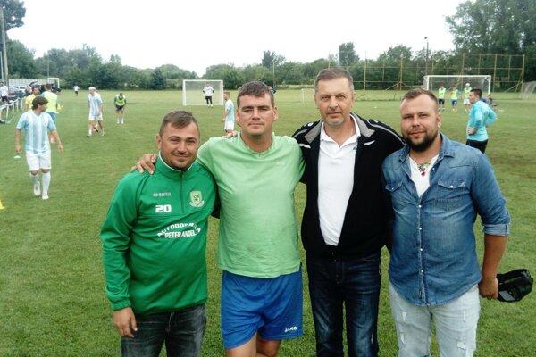 Štvorica hlavných organizátorov - zľava Andrej Szöke, Peter Peciar, starosta Róbert Kupeček a Kristián Šuba. V pozadí sa odvíja finálový zápas.