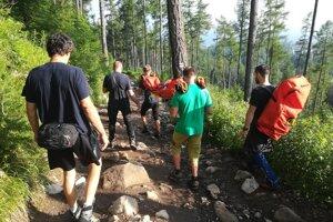 Znášanie zraneného turistu na Tatranskej magistrále.