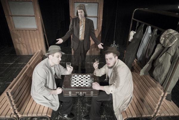 V hlavnej úlohe Venečku sa predstaví dlhoročný člen rusínskeho divadla Vasiľ Rusiňák (uprostred) zľava Michal Kucer a Michal Iľkanin.