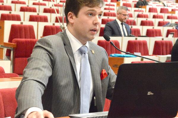 Poslanec Špak (v pozadí) prišiel o členstvo v majetkovej komisii na podnet jej predsedu Karaffu (v popredí).