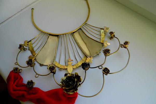 Krásny šperk inšpirovaný bránou na Versaillskom paláci.