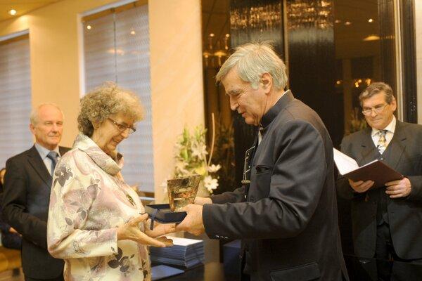 Viola Muránska na snímke z roku 2011 pri preberaní ocenenia za celoživotné dielo z rúk predsedu Rady Literárneho fondu Dušana Jamricha.