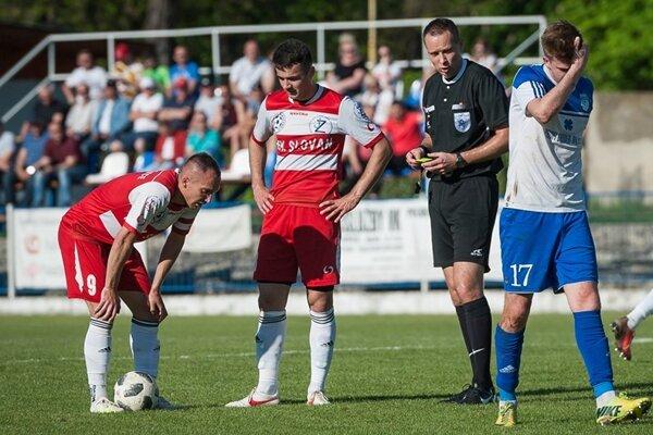 Najvyššia regionálna súťaž vo futbale sa zaobišla bez výrazných prekvapení. Účinkovať v nej naďalej budú Giraltovce i Bardejovská Nová Ves.