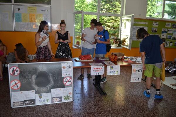 Na Strednej priemyselnej škole informačných technológií v Kysuckom Novom Meste absolvovali sériu workshopov a prednášok s protidrogovou tématikou.