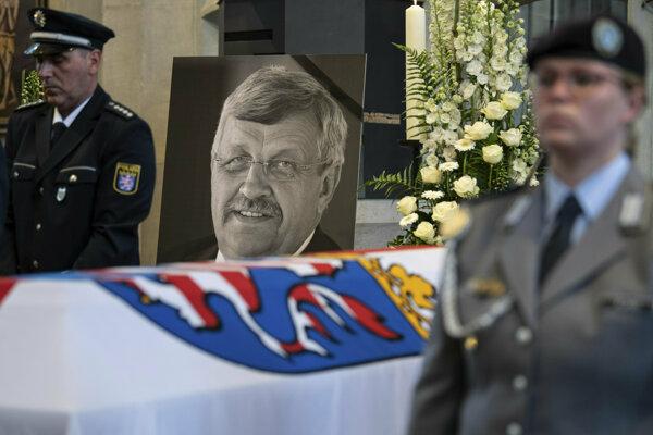 Lübckeho našli so strelným zranením hlavy. Zomrel krátko po prevoze do nemocnice.