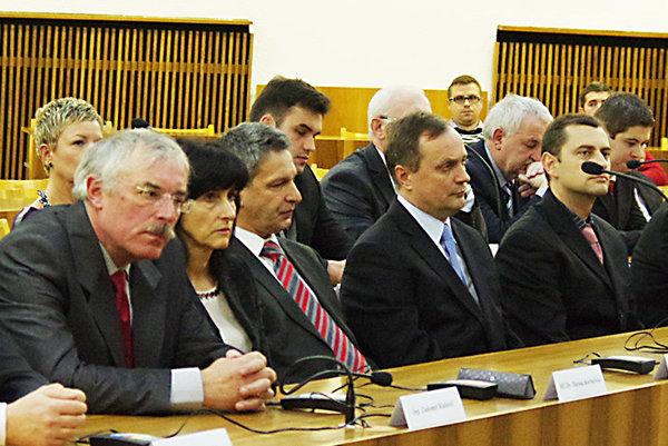 Poslanec Rudolf Karas (vpredu štvrtý zľava) už nebude podpredsedom finančnej komisie. Odchádza na vlastnú žiadosť. Vystriedal ho Jozef Keruľ (vpredu tretí zľava).