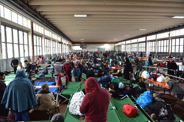 Migranti v jednom z nemeckých registračných centier v októbri 2015.