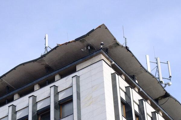 Strechu Bieleho domu pokrývajú zariadenia telekomunikačných operátorov.