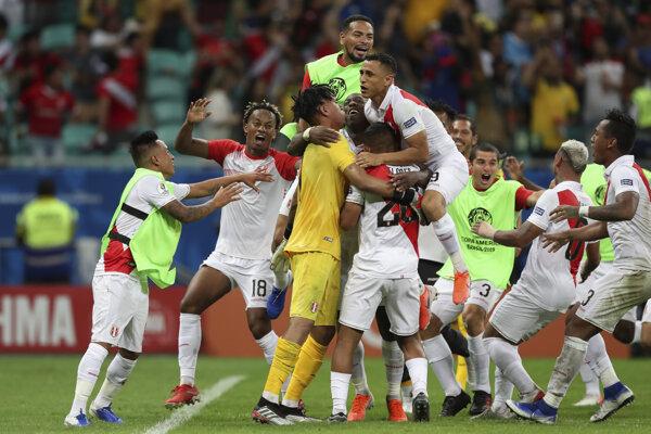 Futbalisti Peru oslavujú postup do semifinále.