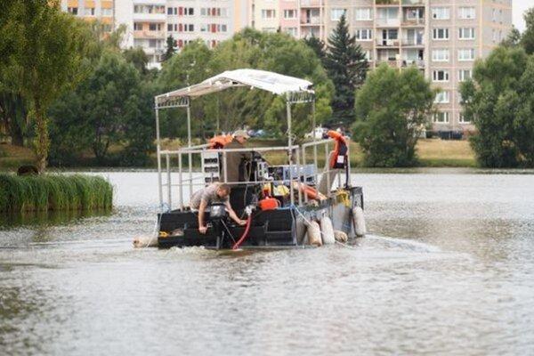 Profesor Maršálek so svojim tímom čistí vodu každoročne.