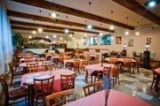 Súčasťou služieb hotela je aj reštaurácia.