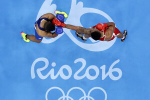 Momentka z finálového boxerského zápasu v najťažšej váhe.