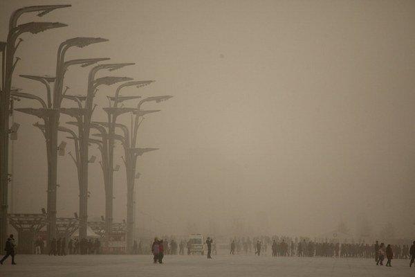 Púštne búrky, ktoré zasypávali Peking pieskom, by sa mali postupom času zmierňovať.