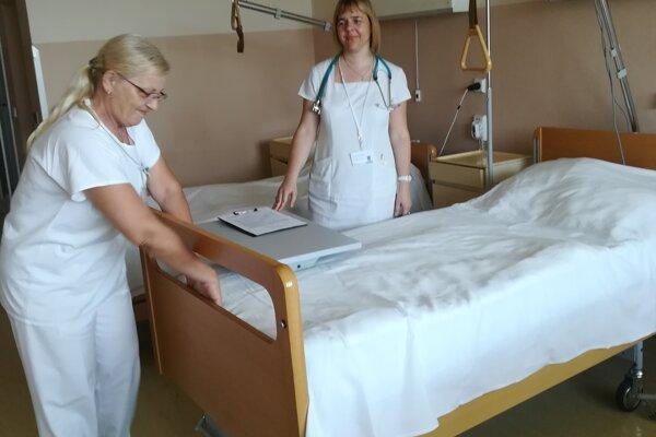 Nové lôžka darovala levickej nemocnici švajčiarska charita.