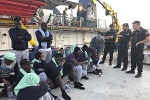 Migranti z lode Sea-Watch 3 v prístave Lampedusa.