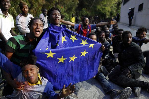 Komisár Timmermans horlil za rozdelenie migrantov do všetkých krajín EÚ. Na foto: Migranti v Ceute v roku 2017.