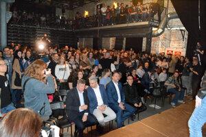 Prvú návštevu prezidentky v Košiciach si v Tabačke nenechali ujsť stovky ľudí. V prvom rade sedeli Trnka, Polaček a Radkoff.