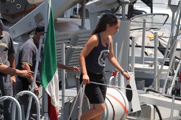 Carola Racketeová vystupuje z lode Sea-Watch 3 na Lampeduse.