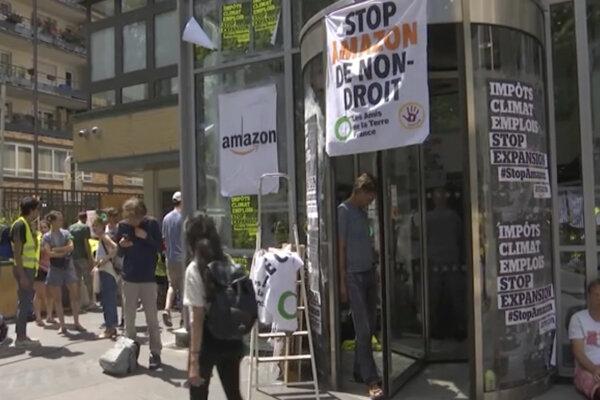 Demonštrácia pred centrálou Amazonu v Paríži.