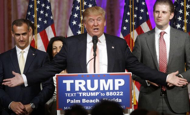 Trumpov syn Eric (vpravo) po boku svojho otca.