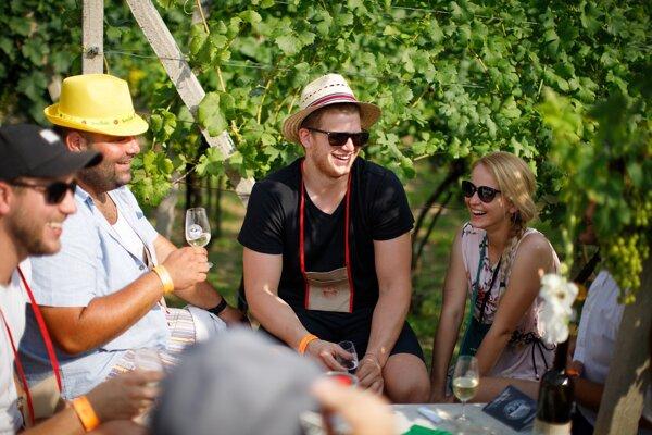 Ochutnávky vína sa v lete konajú aj priamo vo vinohradoch. Napríklad na Strekovskom festivale vína.