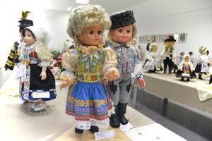 Bábiky vystavujú v Piešťanoch.