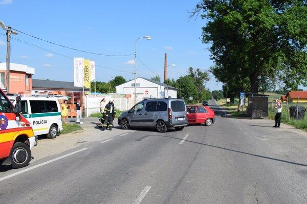 Nehoda na Družstevníckej ulici v Leviciach.
