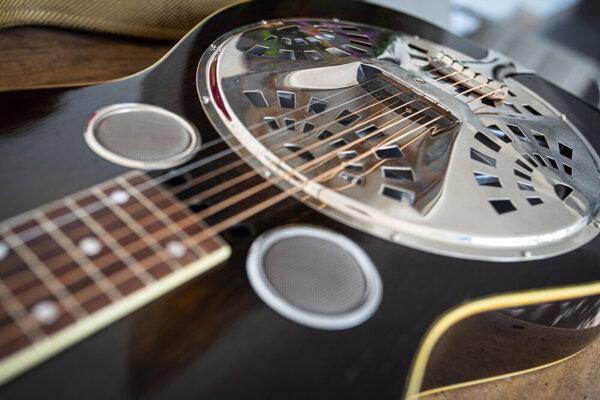 Gitara Dobro® je dodnes populárna v štýloch bluegrass či blues.