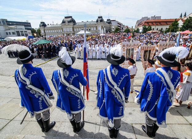 Atmosféra počas slávnostnej svätej omše na Svätoplukovom námestí v rámci Cyrilo-metodských slávností.