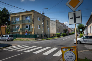 V tomto dvojpodlažnom bytovom dome na ulici Martina Rázusa v Lučenci bola Vadalova firma Bovinex Espe. Sídlili v nej aj colníci. Spustnutá budova za ňou je archív ministerstva vnútra.